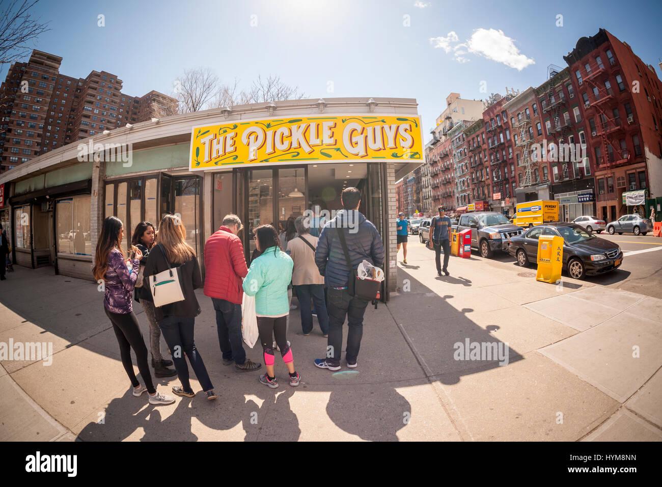 I clienti linea fino al di fuori della salomoia ragazzi store nel Lower East Side di New York domenica 2 aprile, Immagini Stock