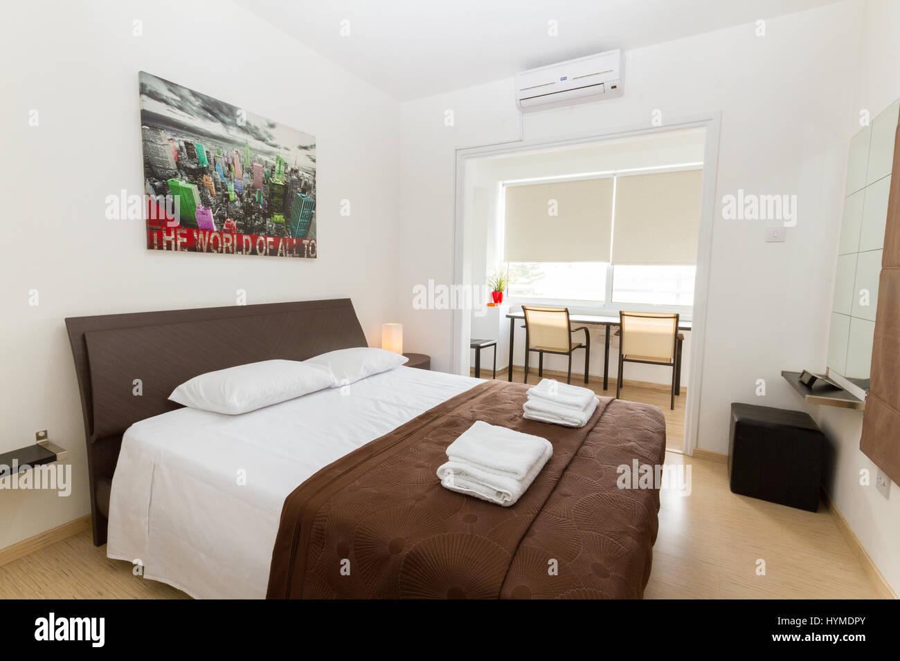 Camera da letto moderna in wengé e colori bianco contenente ...