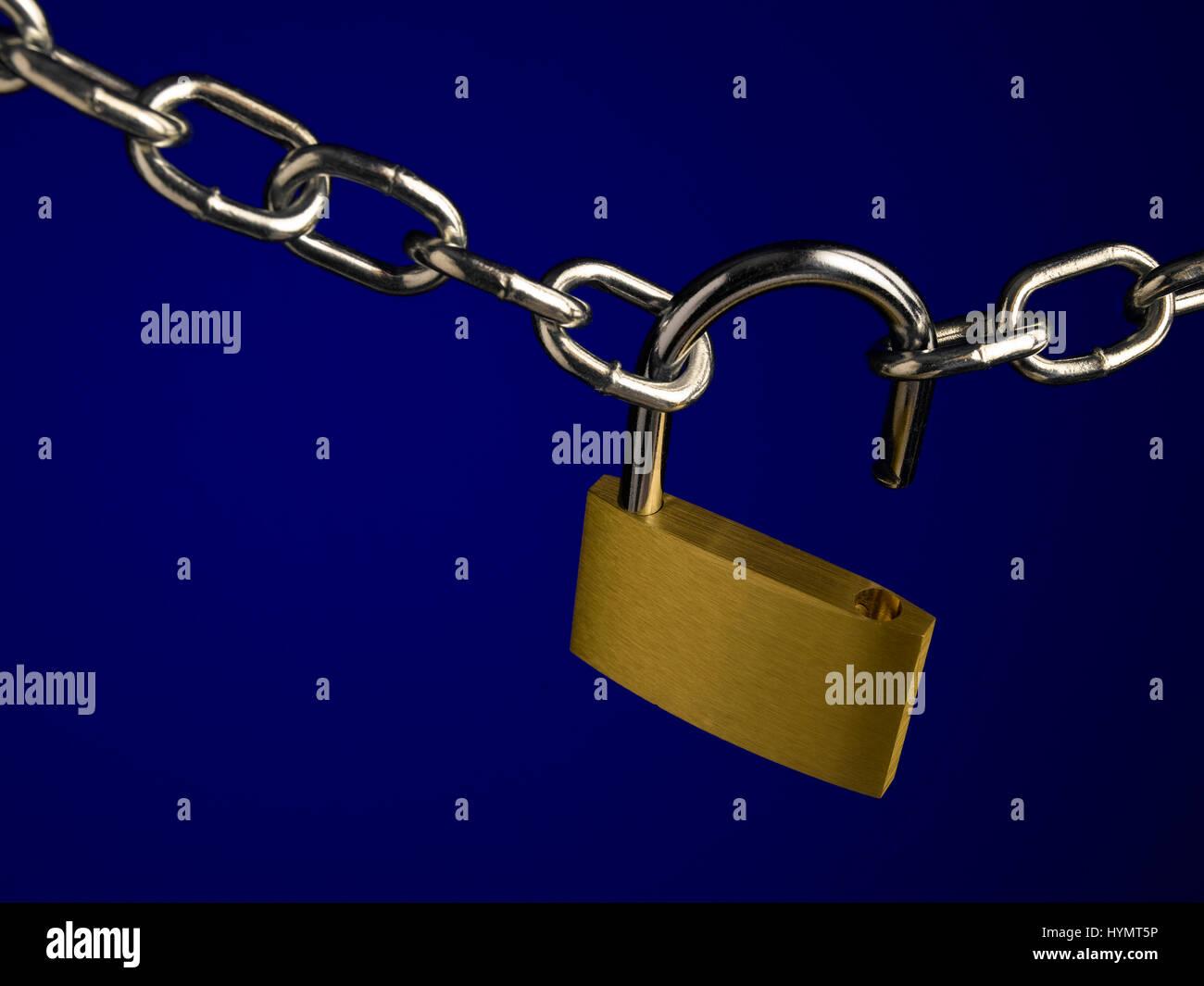 Lucchetto a catena e su blu Foto Stock