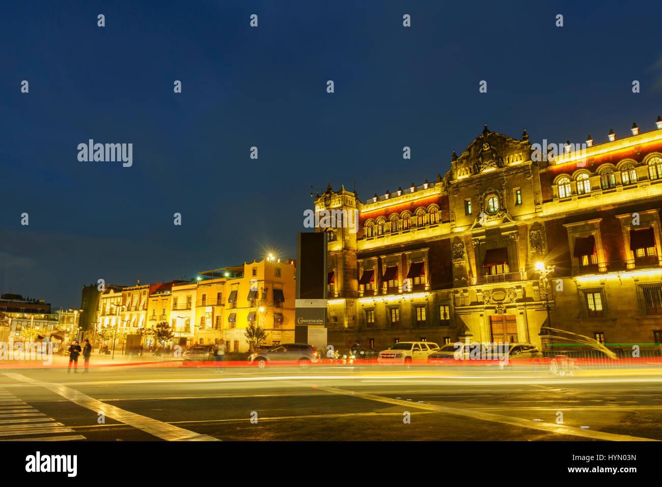 Scena notturna dello storico Palazzo Nazionale di Città del Messico Immagini Stock