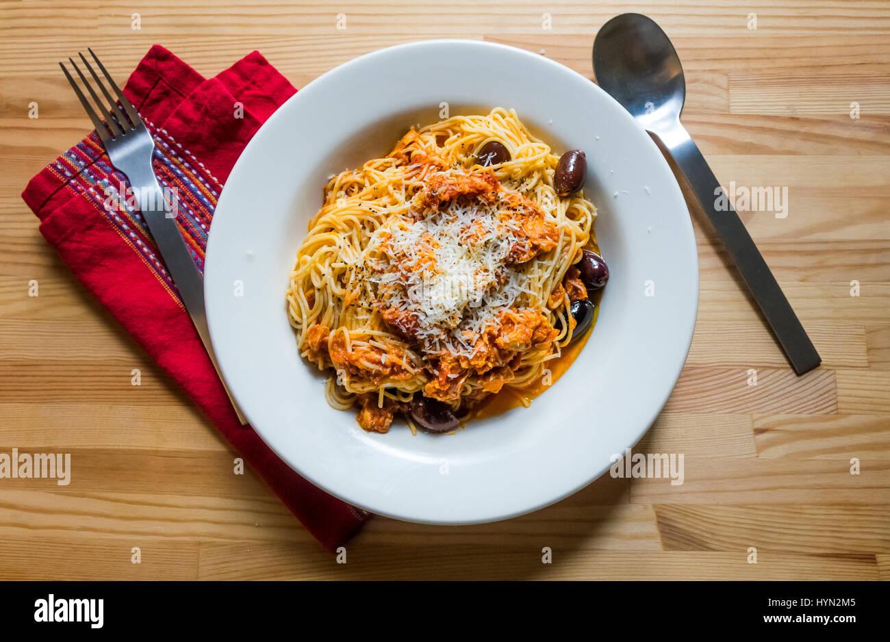 Angel Hair pasta con tonno, pomodoro e olive Immagini Stock