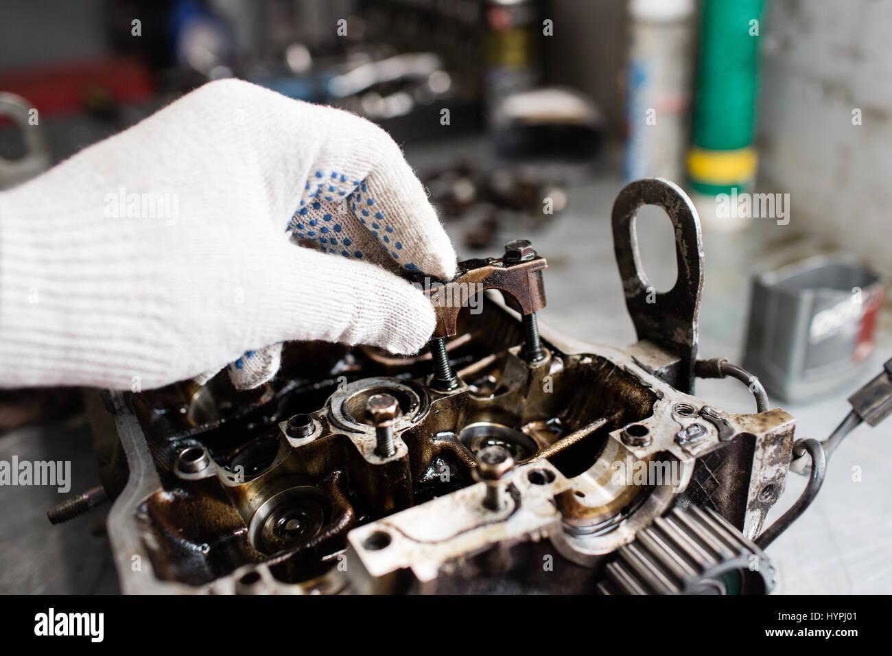 Albero motore, coperchio valvole, pistoni. meccanico aggiustatore a automobile auto manutenzione motore lavori di Immagini Stock