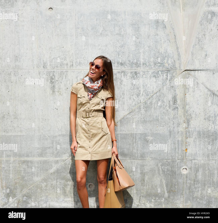 Ritratto di un giovane alla moda donna sorridente con i sacchetti  all aperto Immagini Stock f5b2161162d