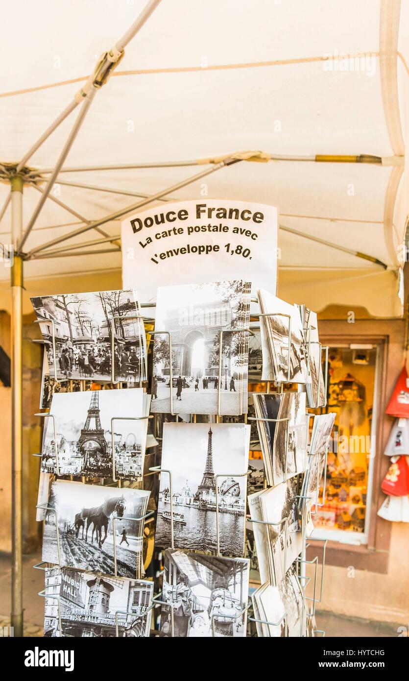 Storica immagine in bianco e nero cartoline in uno stand che mostra la torre eiffel e scene storiche del francese Immagini Stock