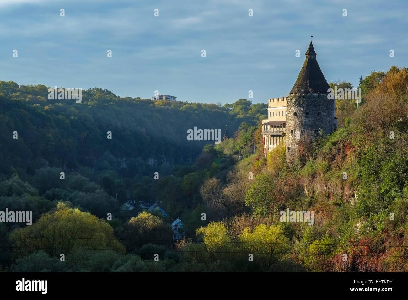 Una torre di vedetta sopra il canyon del fiume smotrych in kamianets-podilskyi, Ucraina occidentale. alberi stanno Foto Stock