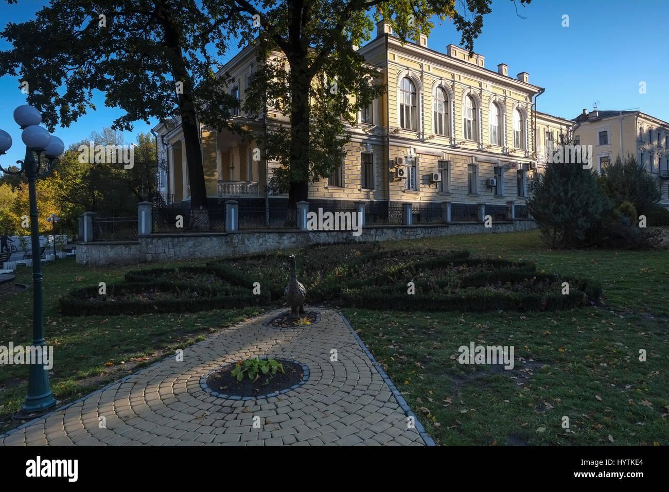 Bella e antica neo classica edificio accanto al ponte novoplanivskyi in kamianets-podilskyi Ucraina occidentale. Foto Stock