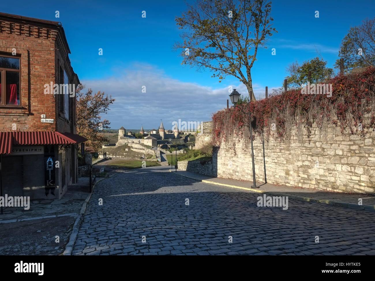 Vista della maggior parte zamkowy e castello di kamianets-podilskyi in Ucraina occidentale prese su una soleggiata Foto Stock