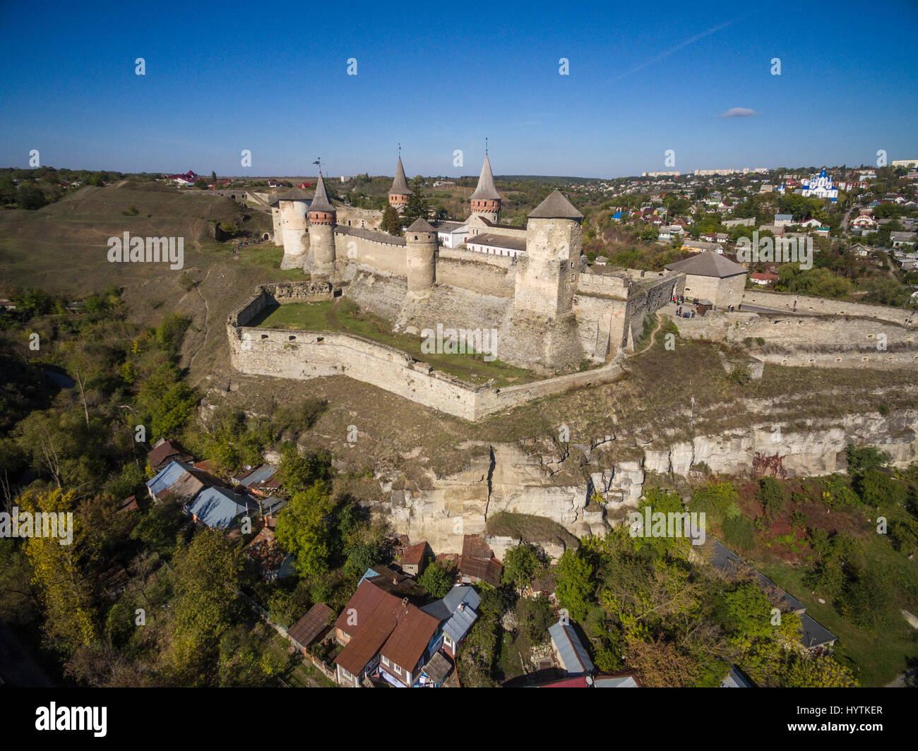 Riprese aeree di kamianets-podilski castello in Ucraina occidentale. prese su una luminosa giornata autunnale limpida Foto Stock