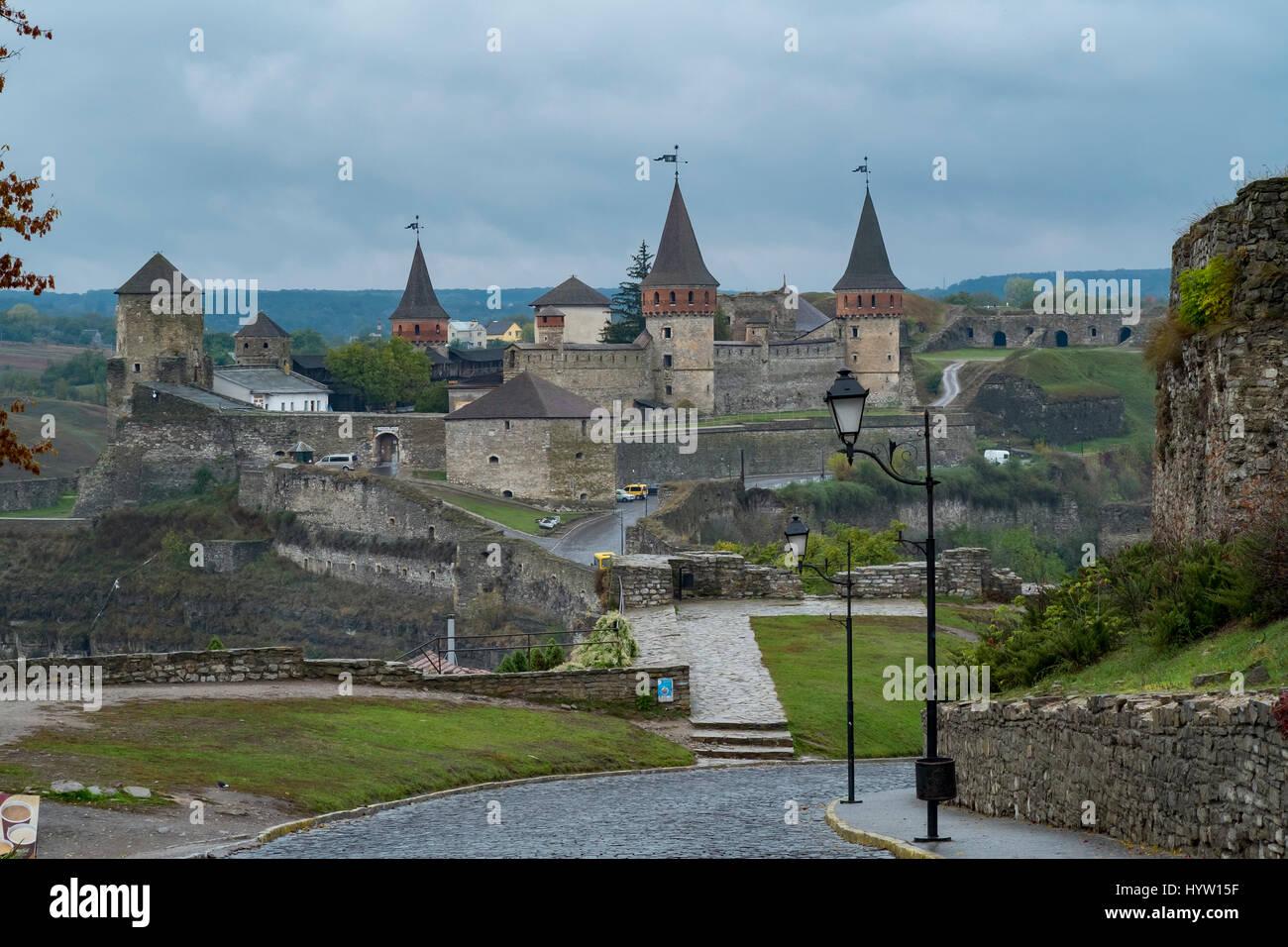 Vista della maggior parte zamkowy e castello di kamianets-podilskyi in Ucraina occidentale presi in una piovosa Foto Stock