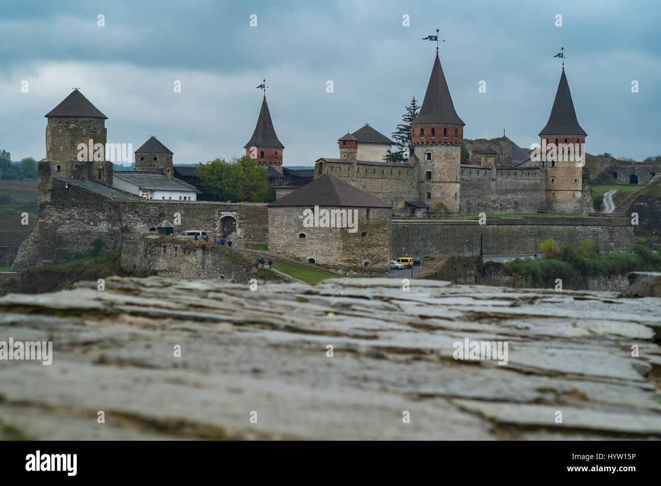 Veduta del castello di kamianets-podilskyi in Ucraina occidentale presi in una piovosa giornata d'autunno. una parete Foto Stock
