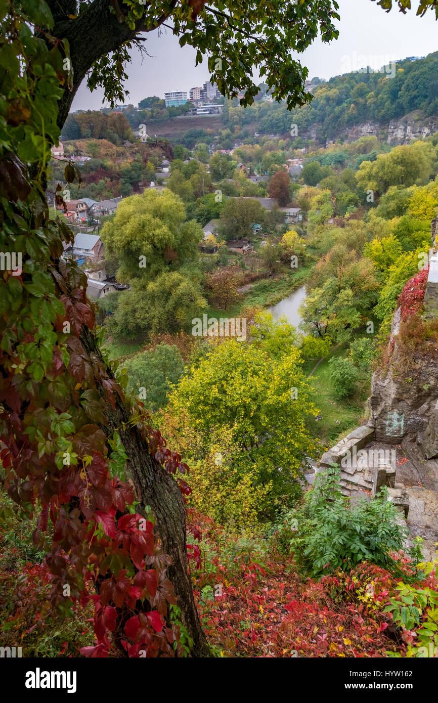 T il canyon del fiume smotrych in kamianets-podilskyi, Ucraina occidentale. alberi stanno mostrando i colori autunnali. Foto Stock