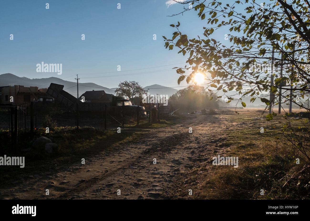 Inquadratura di un alba rurale nel villaggio di mykuluchyn nella regione dei Carpazi dell'Ucraina occidentale. il Foto Stock