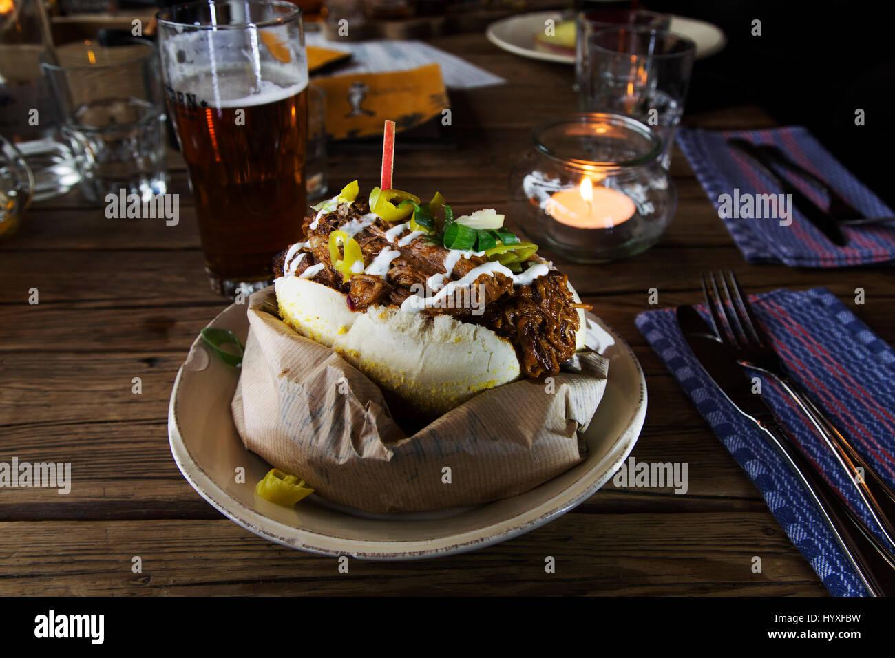 Estratto di carne di maiale servito a sandwich all'Altes Maedel ristorante di Amburgo, Germania. Il ristorante Immagini Stock