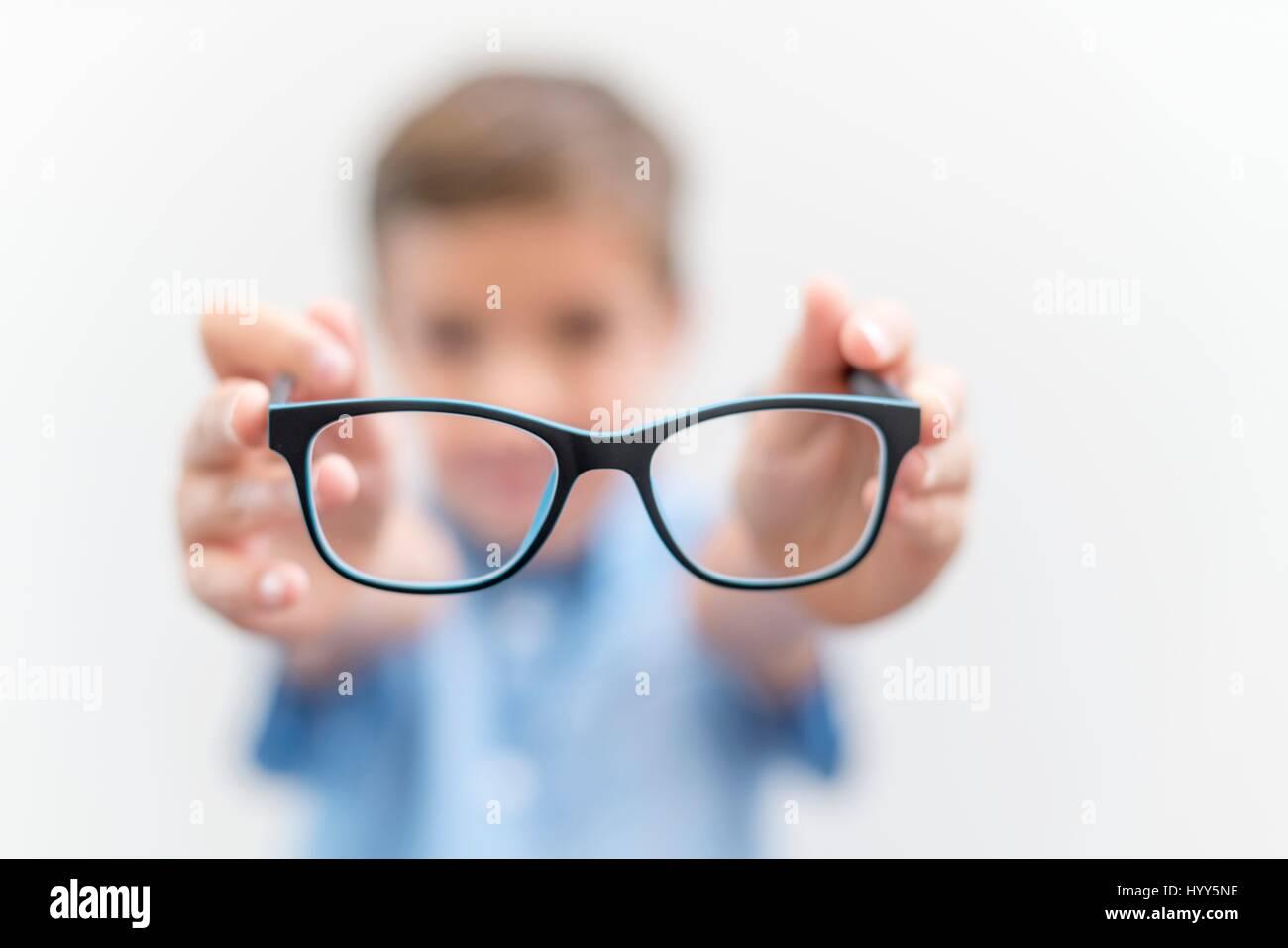 Ragazzo holding bicchieri vicino. Immagini Stock
