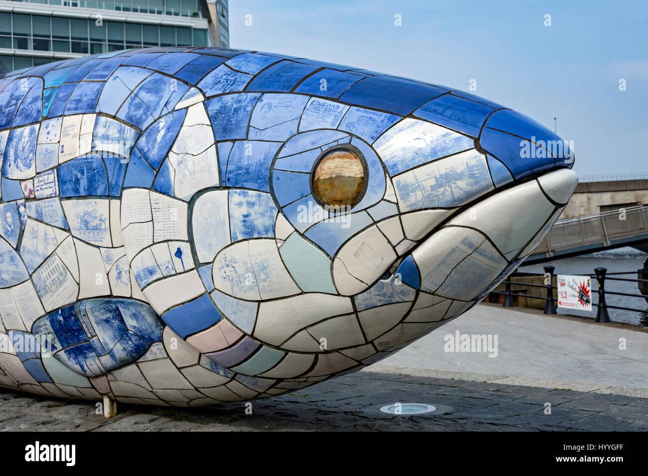 """La grande """"pesce"""" scultura, da Giovanni gentilezza, a Wier Lagan. Belfast, County Antrim, Irlanda del Immagini Stock"""