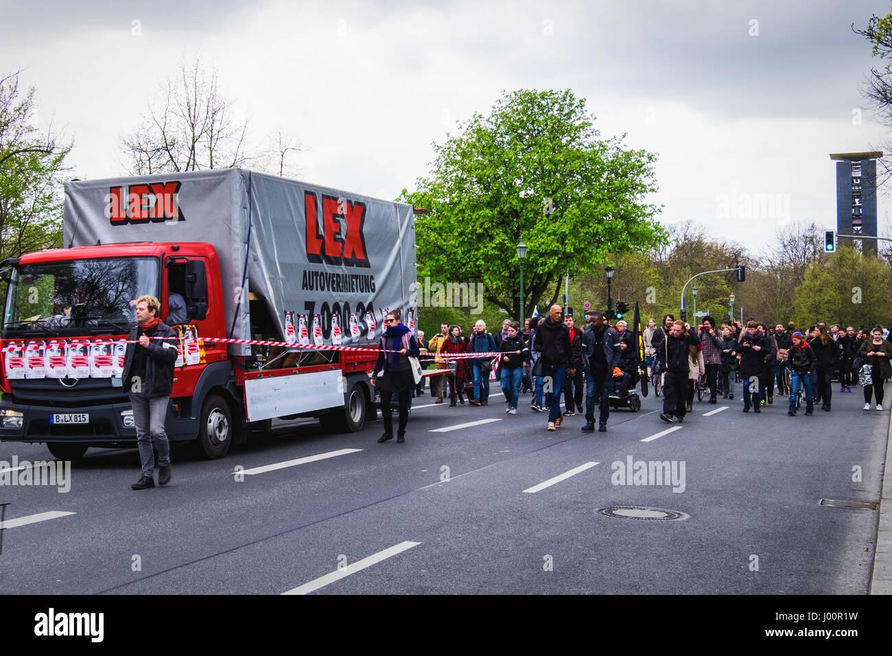 Germania, Berlino, Mitte. Dal 8 aprile 2017. International Roma giorno rally a Berlino. Le persone si sono riuniti Immagini Stock