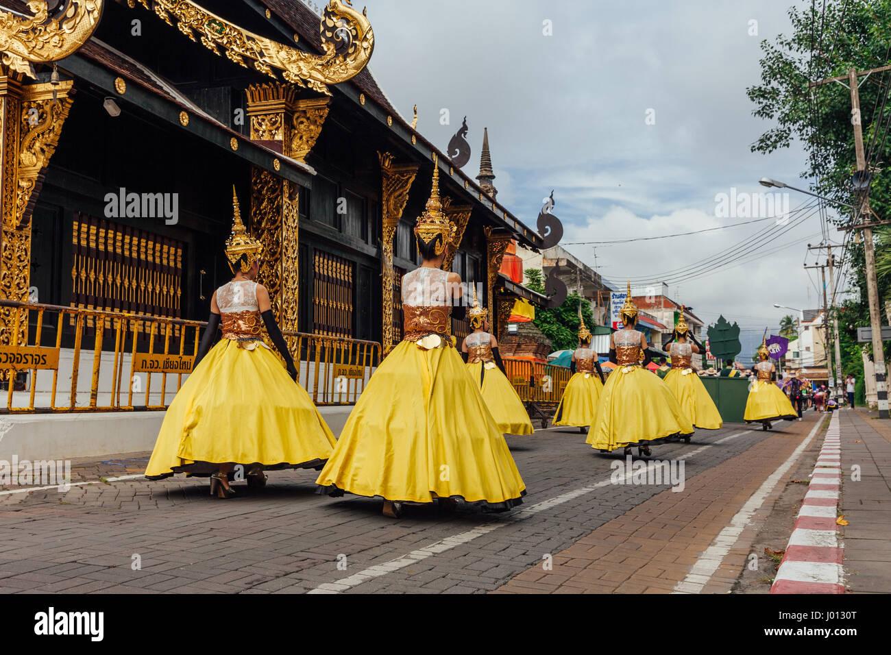 Chiang Mai, Thailandia - Agosto 24, 2016: giovani ragazze in costumi del festival parade vicino al tempio antico Immagini Stock