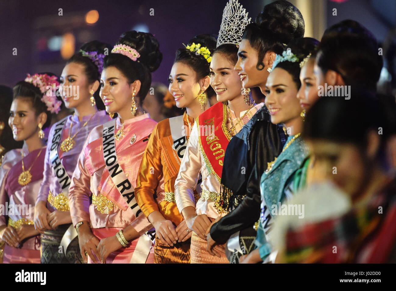 Bangkok, Tailandia. 8 apr, 2017. 'Misses Songkran' da varie province tailandesi frequentare la sorprendente Immagini Stock