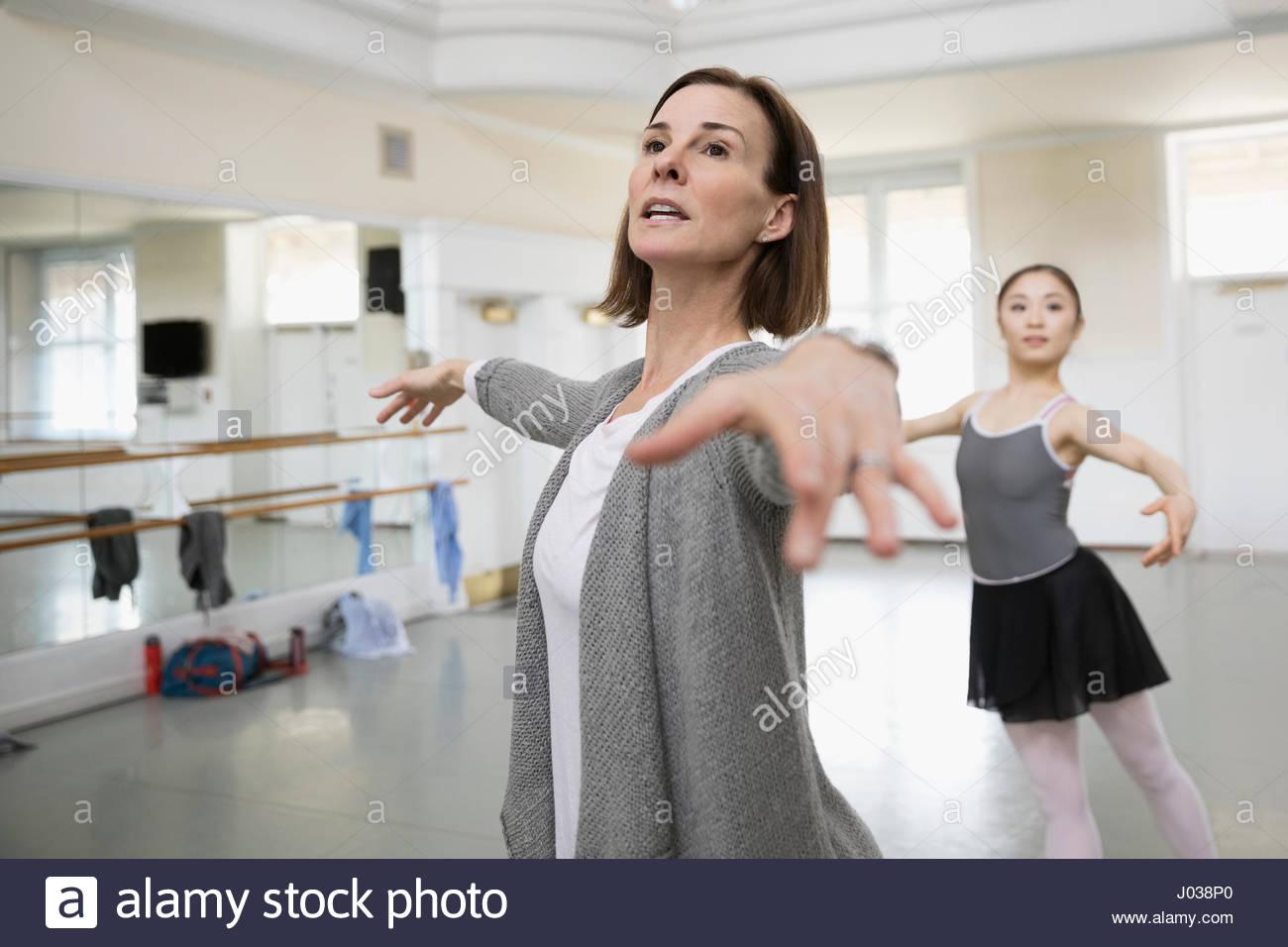 Femmina Guida istruttore ballerina la pratica in studio di danza Immagini Stock