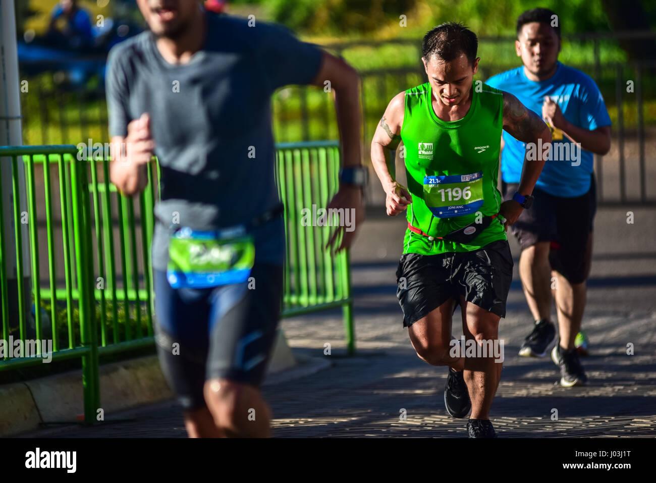 Gli uomini sprint per raggiungere il traguardo della mezza maratona (21,5 K) durante il 2017 BFI eseguire nella Immagini Stock