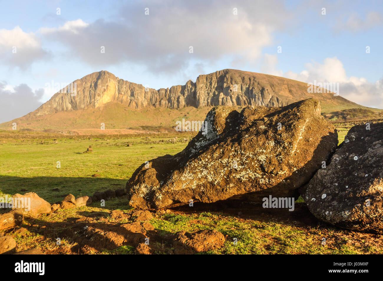 Vista dei caduti dalle rovine di un moai statua vicino a Ahu Tongariki sito, sulla costa dell'isola di pasqua, Immagini Stock