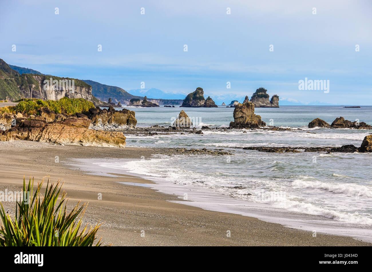 Strada costiera vicino a Punakaiki sulla costa ovest della Nuova Zelanda Immagini Stock