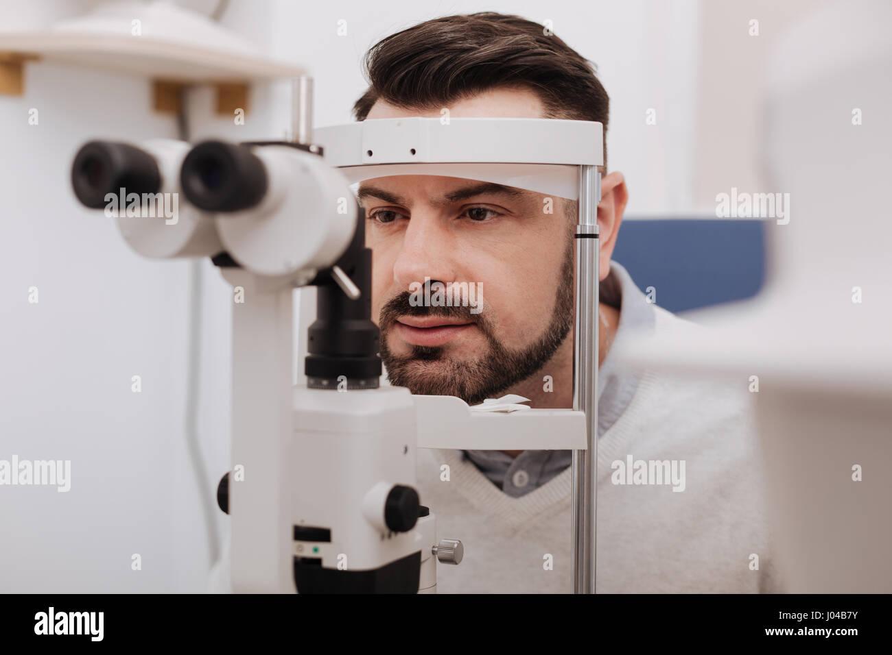 Grave bello paziente avente la sua visione testati Immagini Stock