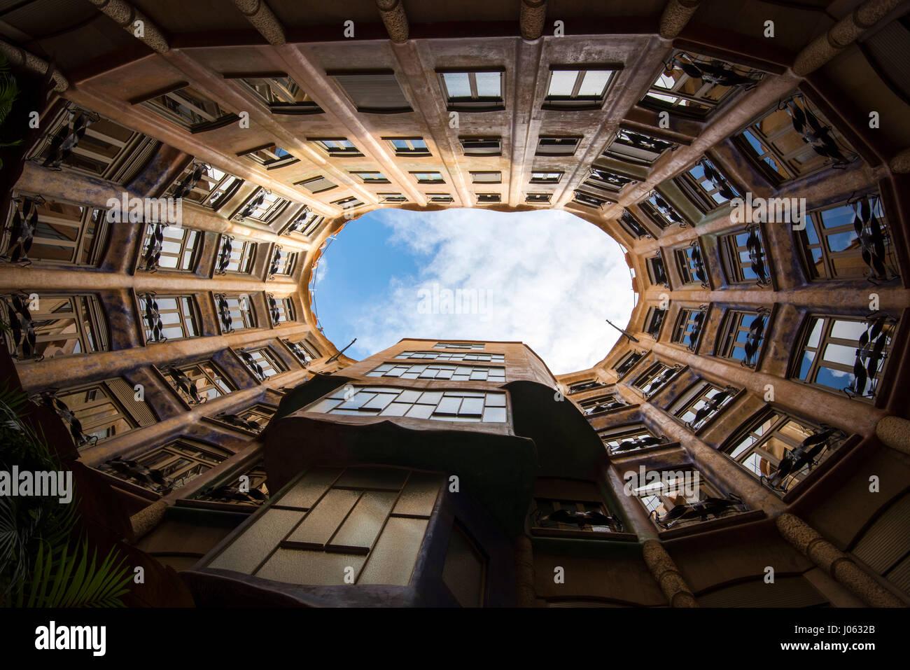 Guardando verso l'alto da un cortile interno all'interno di Casa Mila (La Pedrera a Barcellona Spagna Europa Immagini Stock
