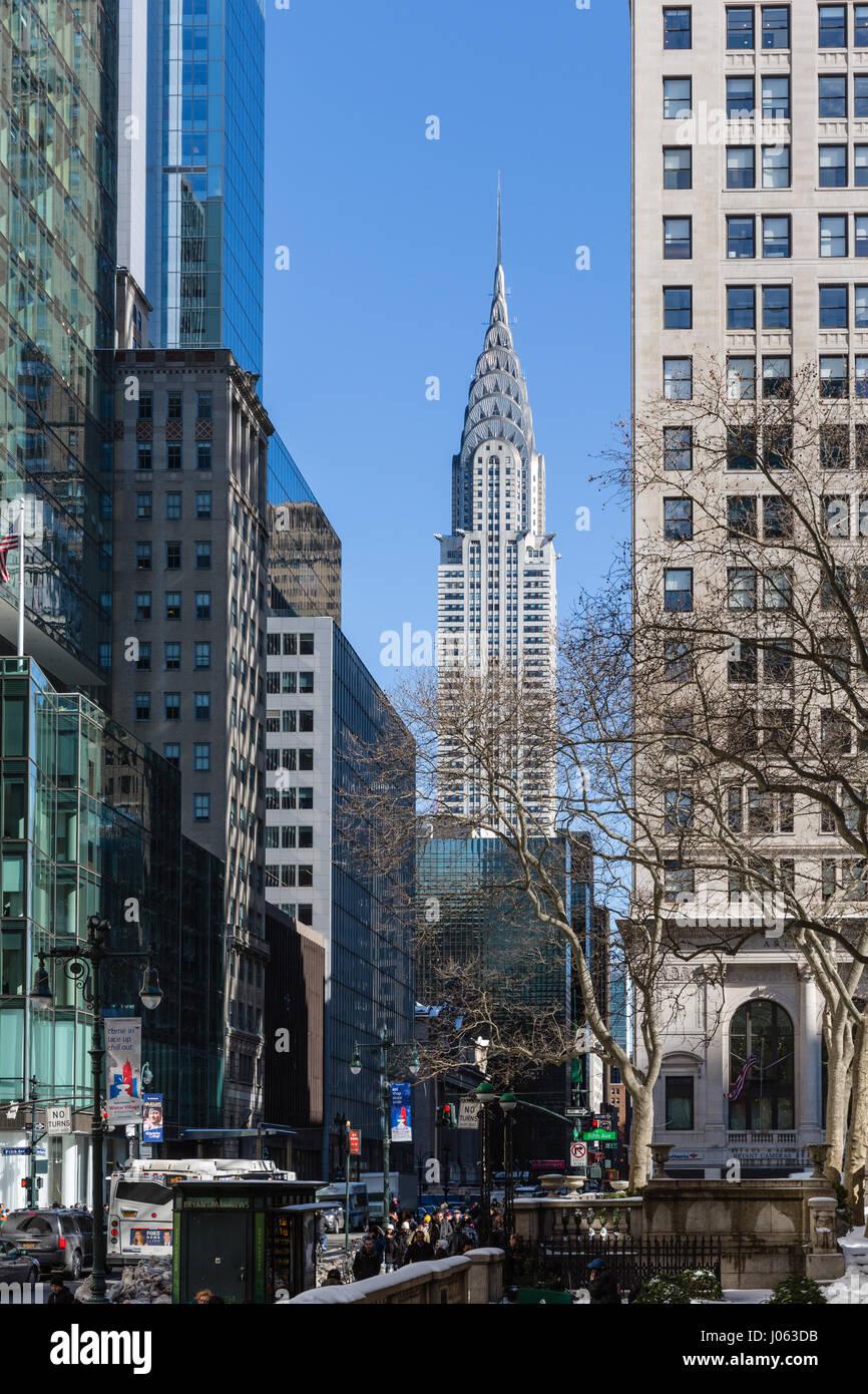 Skyline di New York con sky raschiatori e Chrysler Building Immagini Stock