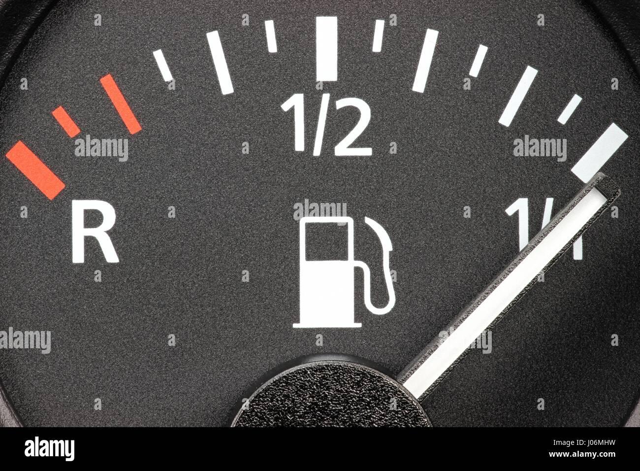 Indicatore di livello carburante nel cruscotto di automobile - pieno Immagini Stock