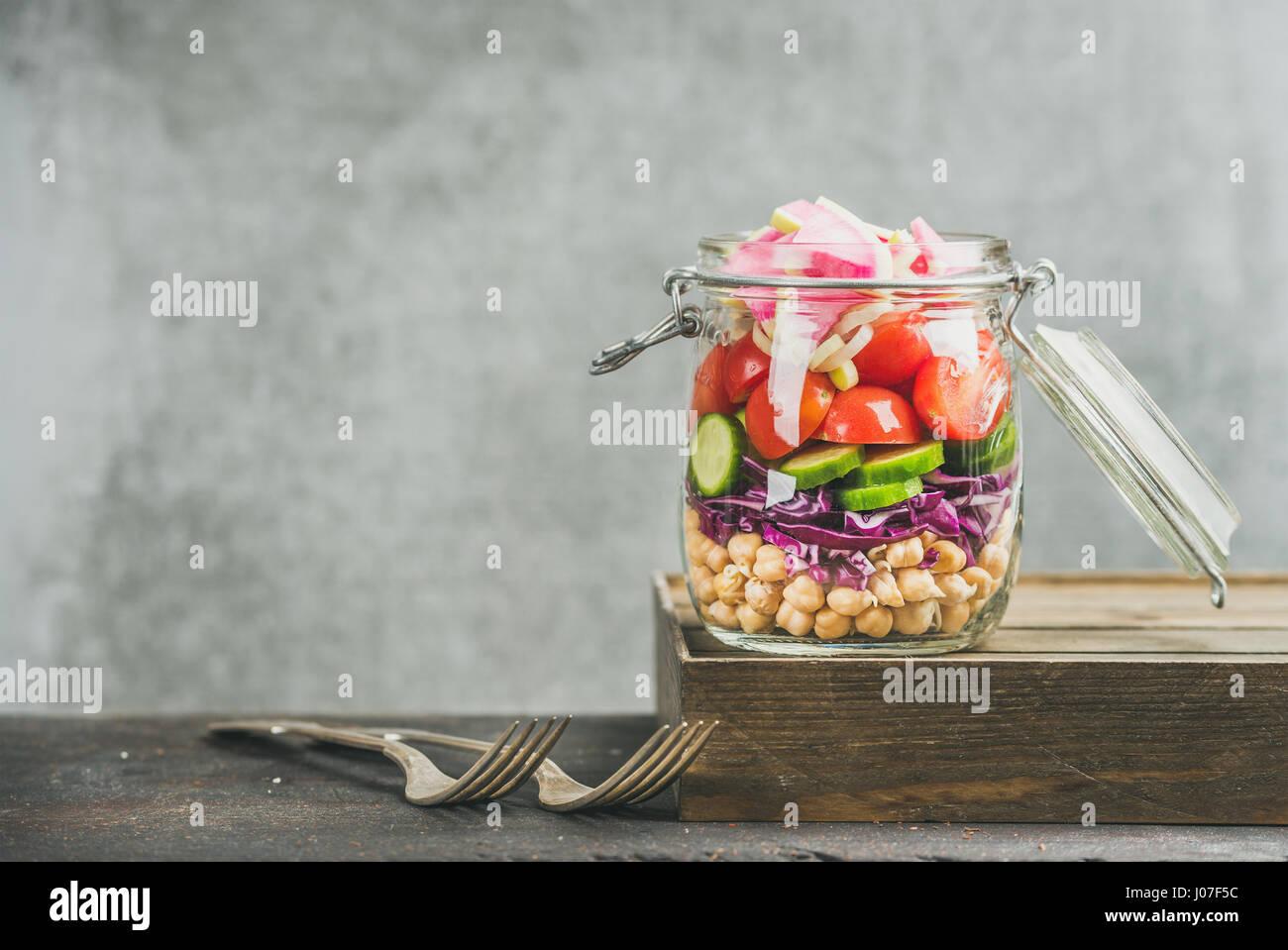 Un sano take-away pranzo jar con verdure e germogli di ceci Immagini Stock