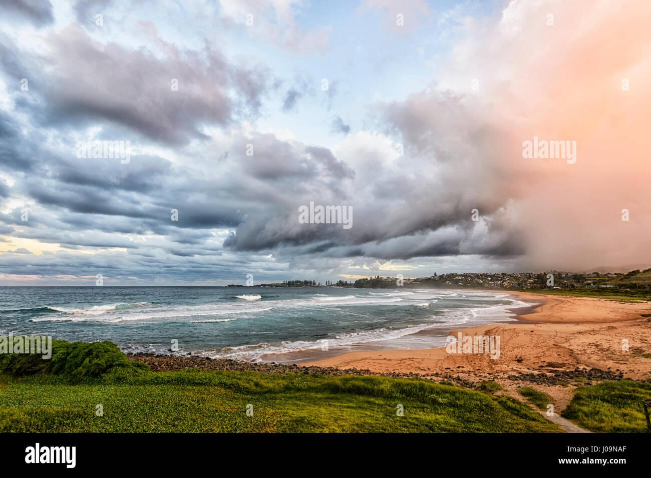 Drammatica vista di un imminente tempesta su Bombo Beach, Kiama, Illawarra Costa, Nuovo Galles del Sud, NSW, Australia Immagini Stock