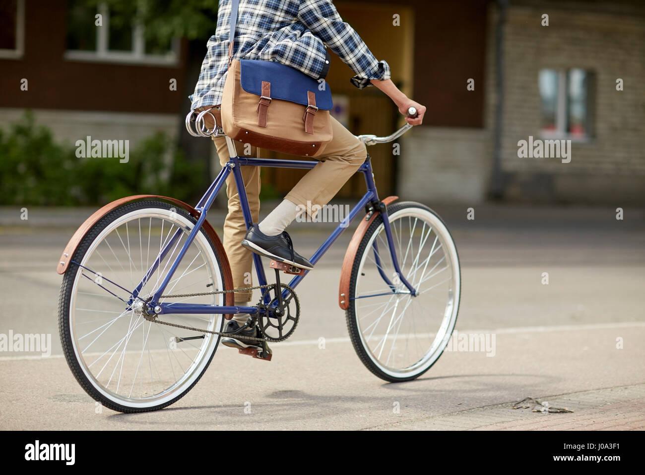 125d11c4c0fac5 Giovane uomo tanga con sacchetto in sella fixed gear bike Foto ...