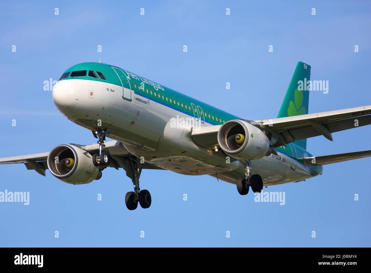 EI-DEM Aer Lingus Airbus A320-200 cn 2411 sulla rotta di avvicinamento all'aeroporto di Londra Heathrow Immagini Stock