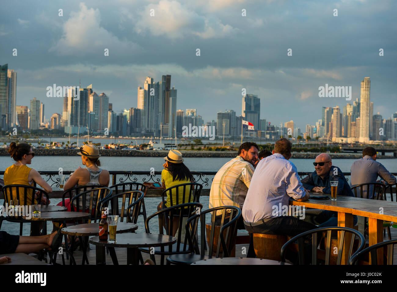 Bar nel Casco Viejo che domina lo skyline della città di Panama, Panama America Centrale Immagini Stock