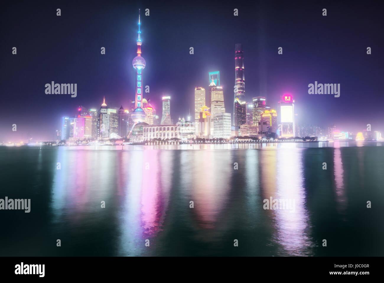 La nebbia ancora colorato skyline di Shanghai Pudong di notte, Shanghai, Cina e Asia Immagini Stock
