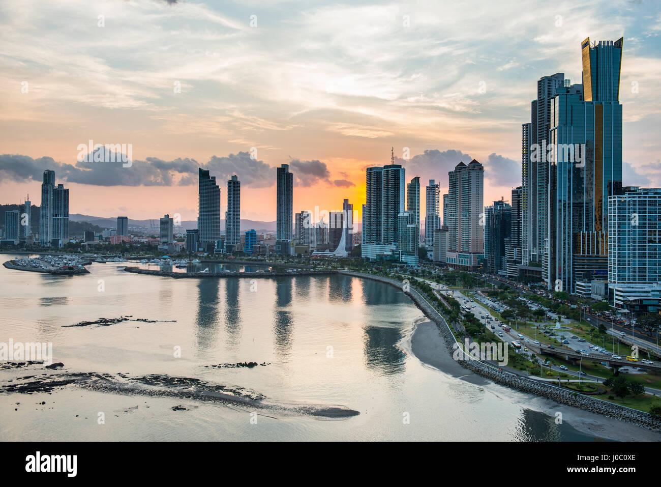 Skyline della Città di Panama al tramonto, Panama City, Panama America Centrale Foto Stock