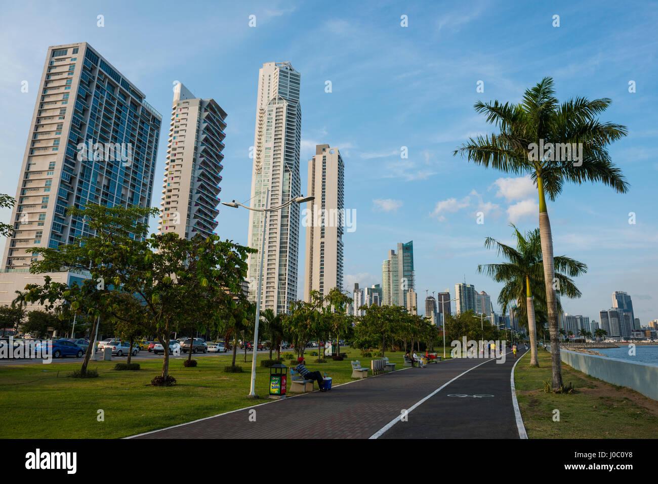 La passerella e lo skyline della città di Panama, Panama America Centrale Foto Stock