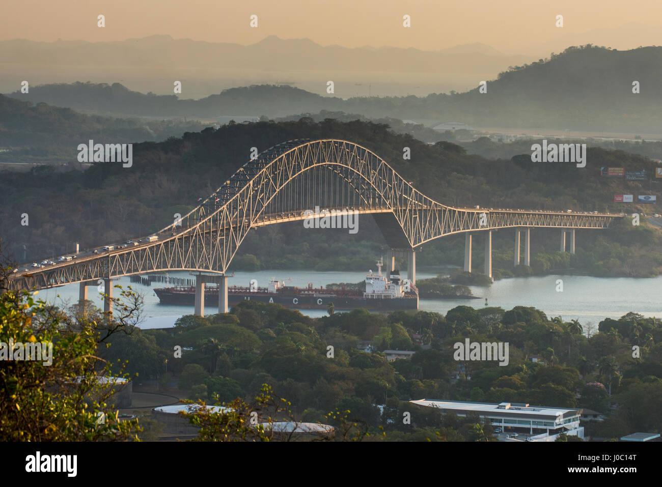 Barca da carico passa il ponte delle Americhe sul Canale di Panama, Panama City, Panama America Centrale Immagini Stock