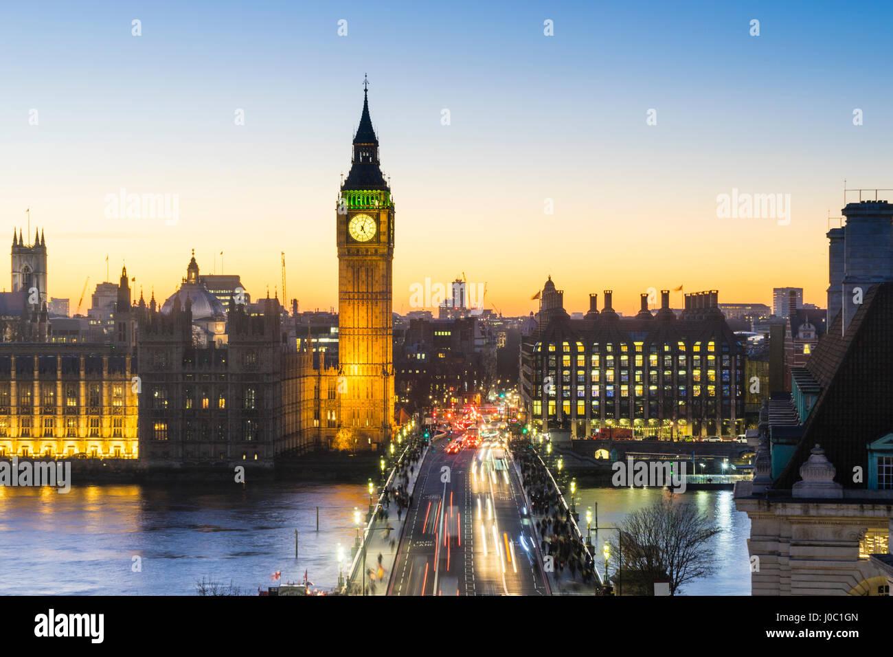 Angolo di Alta Vista del Big Ben e il Palazzo di Westminster e Westminster Bridge al tramonto, London, England, Immagini Stock