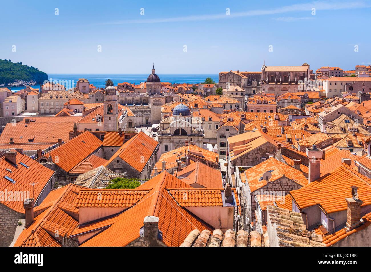 Piastrelle di terracotta con vista sui tetti del paese vecchio di Dubrovnik, Sito Patrimonio Mondiale dell'UNESCO, Immagini Stock