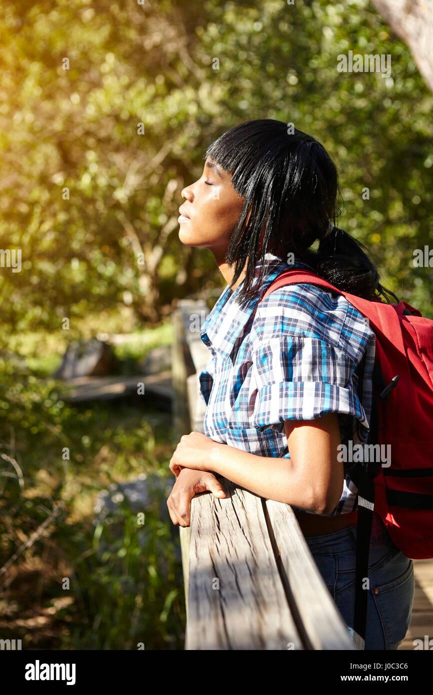 Giovane donna, escursionismo, in piedi sul ponte a occhi chiusi, Cape Town, Sud Africa Immagini Stock
