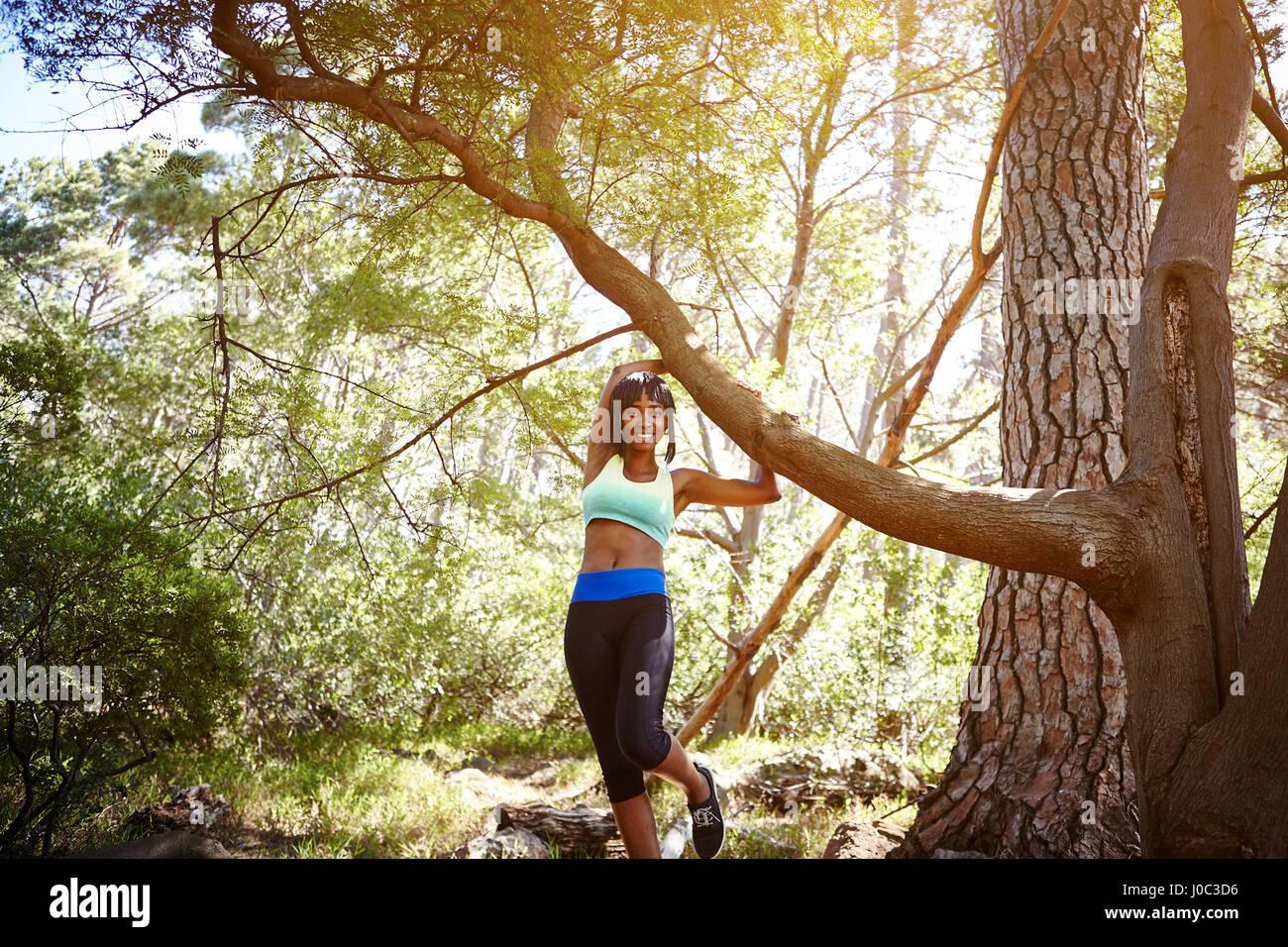 Ritratto di giovane donna di indossare abbigliamento sportivo, in ambiente rurale Immagini Stock