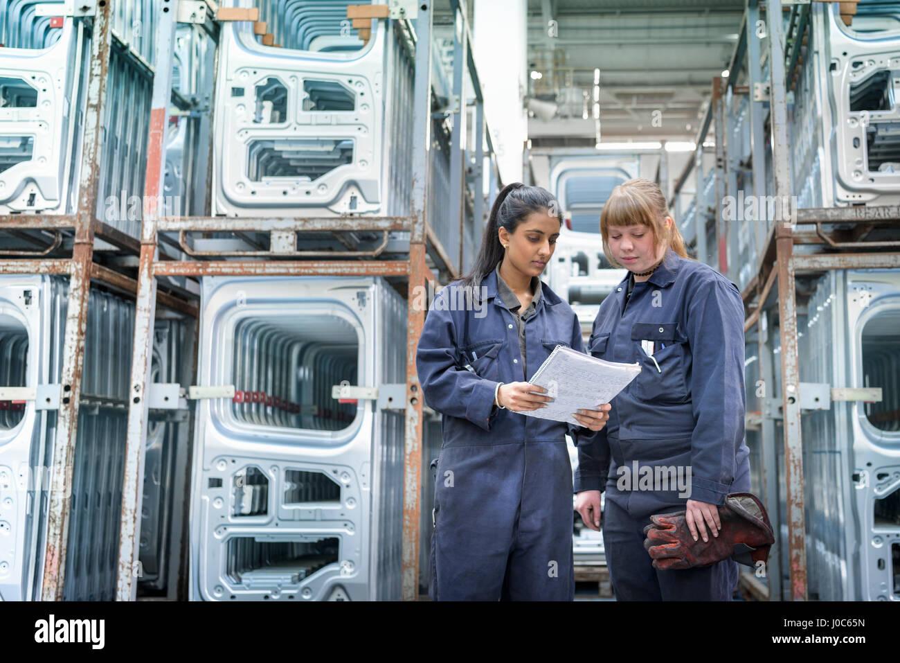 Femmina apprendista elettricista e saldatrice nella fabbrica di automobili Immagini Stock