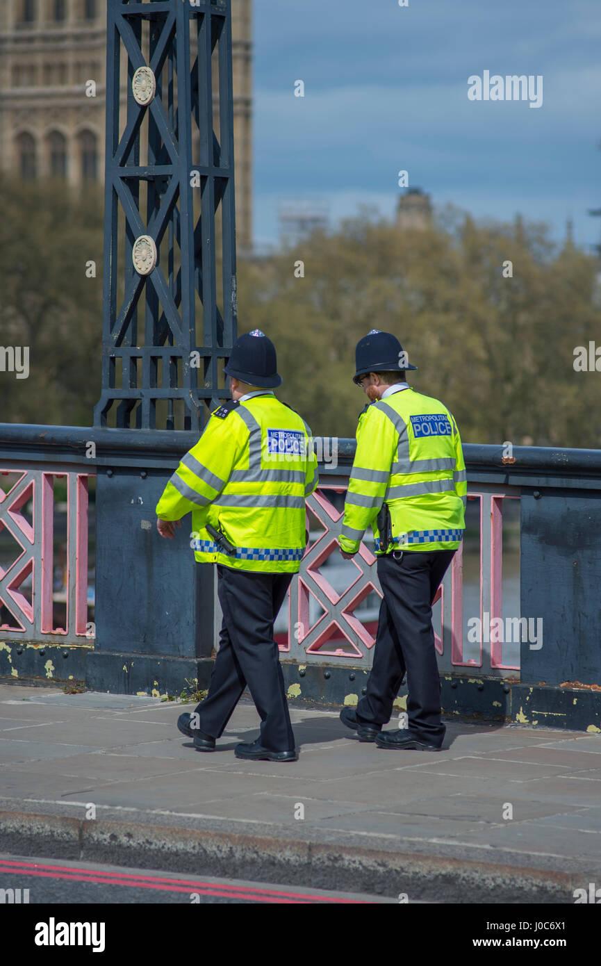 Metropolitan gli ufficiali di polizia a piedi lungo Lambeth Bridge di Londra indossando hi-viz canottiere. Credito: Immagini Stock