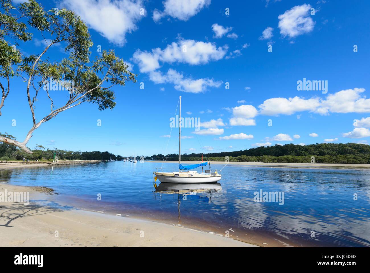 Barca a vela ormeggiata in Currambene Creek, Huskisson, South Coast, Nuovo Galles del Sud, NSW, Australia Immagini Stock