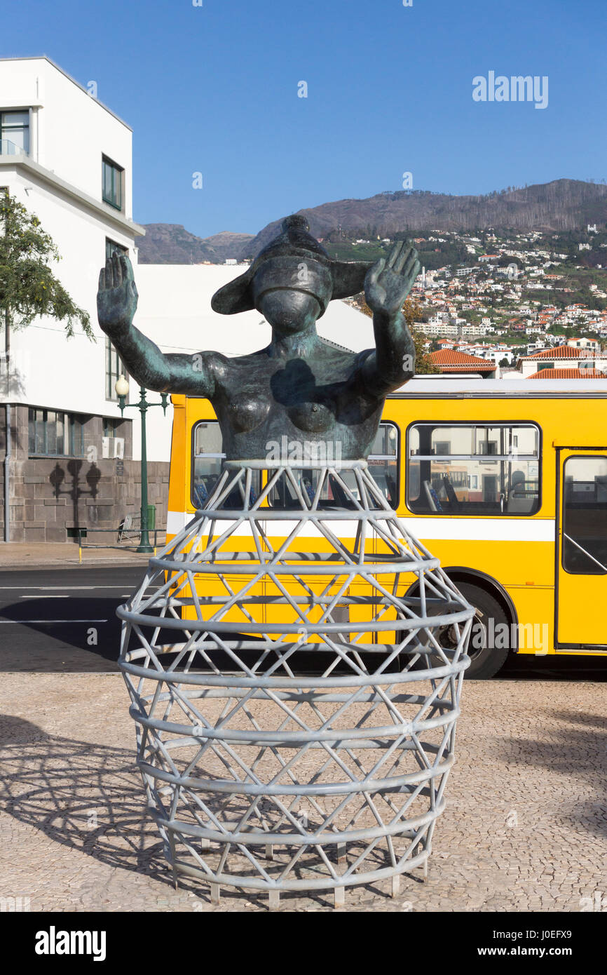 Una statua di una donna bendata con le sue mani fuori di fronte a lei sul lungomare di Funchal, Madeira. Immagini Stock