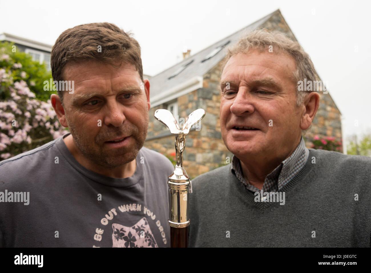 Bruce Russell e suo figlio Simon tenendo un occhio per il dettaglio su un argento artigianali battenti Lady attaccato Immagini Stock