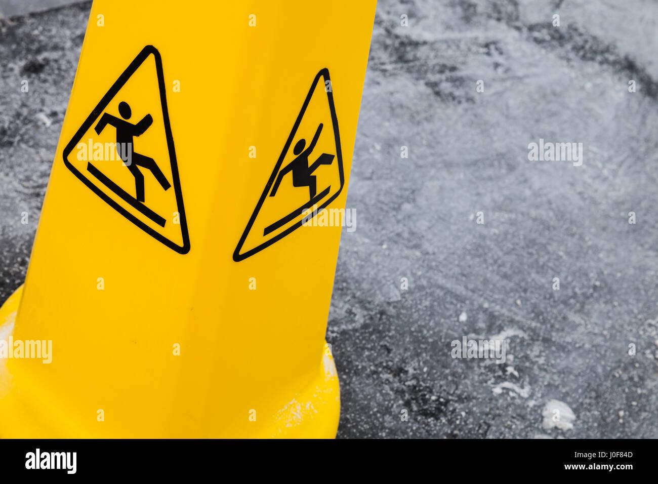 Attenzione pavimento bagnato simbolo giallo di avvertimento si