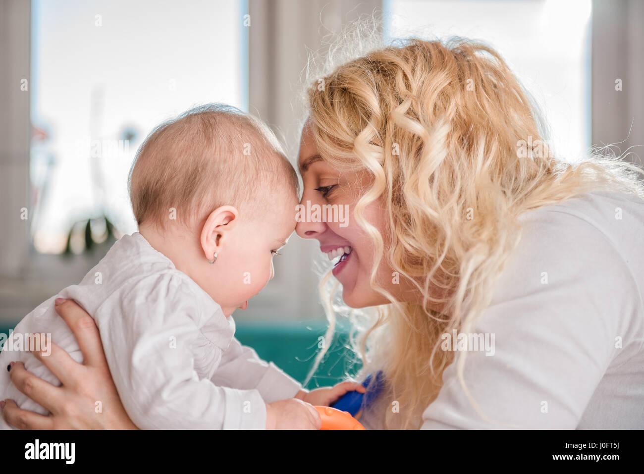 La madre e il suo bambino testa a testa Immagini Stock